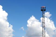 Nöd- fläckljus för högt torn för drevsignal på klar himmel Royaltyfri Foto