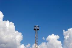 Nöd- fläckljus för högt torn för drevsignal på klar himmel Royaltyfria Bilder