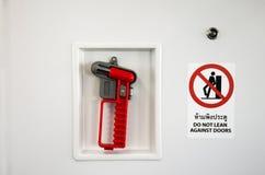 Nöd- hammare för dundersuccé för hjälpmedelbilspegel och varningsetikett Fotografering för Bildbyråer