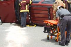 Nöd- lag på vägen, olycka för kull för räddningsaktion för krasch för skada för medel för bilolycka arkivfoton