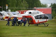 Nöd- medicinskt hjälpmedel EU-145 för helikopter på området av den Noginsk räddningsaktionmitten EMERCOM av Ryssland på den inter Royaltyfri Fotografi