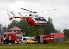 Nöd- medicinskt hjälpmedel EU-145 för helikopter på området av den Noginsk räddningsaktionmitten EMERCOM av Ryssland på den inter Arkivbilder