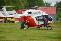 Nöd- medicinskt hjälpmedel EU-145 för helikopter på området av den Noginsk räddningsaktionmitten EMERCOM av Ryssland på den inter Royaltyfria Bilder