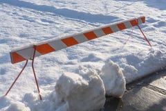 Nöd- mer barier blockerande snöad rekreationzon Fotografering för Bildbyråer