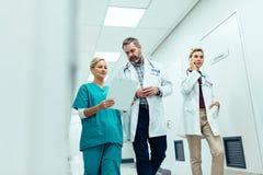 Nöd- paramedicinskt lag i sjukhushall Arkivfoto