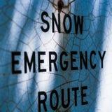 Nöd- rutttext för snö på ett tecken arkivbilder