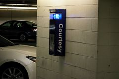 Nöd- säkerhet Callbox för garage royaltyfria bilder