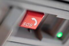 Nöd- sos-knappslut upp som används för hjälp efter bilolycka arkivfoto