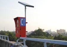 Nöd- telefon för solenergi Arkivfoto