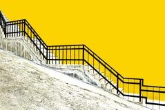 Nöd- trappa inom byggnad arkivfoto