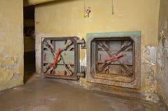 Nöd- utgång för rostig lucka från det gamla underjordiska skyddet Royaltyfri Foto