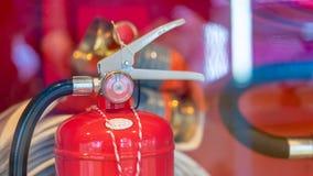 Nöd- utrustning för brandsläckarebehållare arkivfoto
