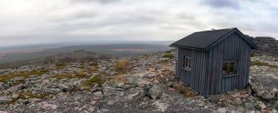 Nödläge som förlägga i barack i tundra i den Urho Kekkonen nationalparken Arkivfoton