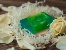 Nödvändig handgjord tvål med mintkaramellen, kiwin och limefrukt på den lantliga trätabellen med steg, den retro stilbilden Royaltyfria Foton