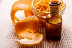 Nödvändig olja för apelsin på en vit bakgrund royaltyfria foton