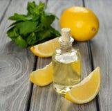 Nödvändig olja för citron arkivbild