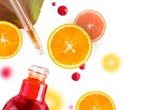 Nödvändig olja för citrus, serum för vitamin c, terapi för skönhetomsorgarom Organisk Spa skönhetsmedel med växt- ingredienser royaltyfria foton