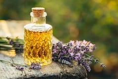 Nödvändig olja för lavendel i flaska och lavendel Arkivbild