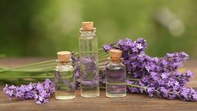 nödvändig olja för lavendel i flaska på tabellen stock video
