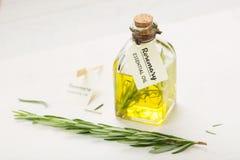 Nödvändig olja för rosmarin med etiketten arkivfoton