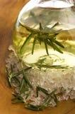 Nödvändig olja med rosmarin och saltar Arkivbild