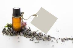 Nödvändig olja, tömmer etiketter, och lavendel blommar Arkivbild