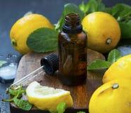 Nödvändig olje- flaska för citron Arkivfoton