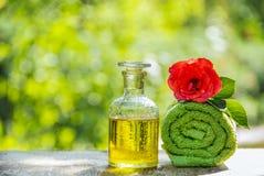Nödvändig rosolja och en mjuk handduk Aromatherapy, massage och brunnsort kopiera avstånd torkade för tvålbrunnsort för vallmo se arkivfoto