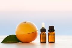 Nödvändiga oljor för grapefrukt Arkivfoto