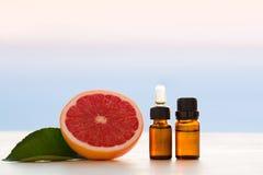 Nödvändiga oljor för grapefrukt Arkivbilder