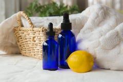 Nödvändiga oljor för ny ren citron royaltyfri fotografi