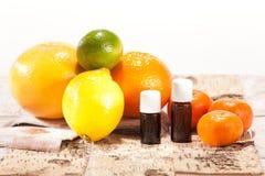Nödvändiga oljor från frukter Royaltyfri Bild