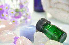 Nödvändiga oljor med gemstones royaltyfria foton