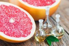 Nödvändiga oljor med grapefrukten Royaltyfri Fotografi