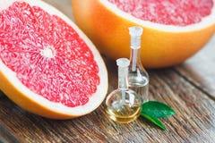 Nödvändiga oljor med grapefrukten Arkivbilder