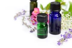 Nödvändiga oljor med växt- blommor Arkivbild