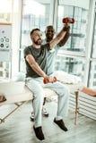 Nöjd skäggig man som gör fysiska övningar för rehabilitering royaltyfri foto