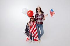 Nöjd stilfull moder och dotter som tillsammans firar nationell ferie Arkivfoto