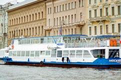 Nöjefartyg för att rida turister i St Petersburg arkivbild