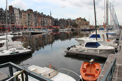 Nöjefartyg förtöjas i porten av Honfleur (Frankrike) Royaltyfri Foto