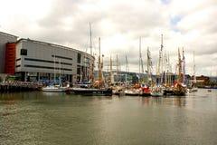 Nöjefartyg förtöjde i marina på Belfast ` s den kolossala fjärdedelen bredvid Odyssey Arena arkivbild