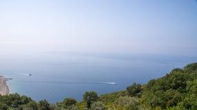 Nöjefartyg i Adriatiskt havet nära kusten av Montenegro Arkivfoto