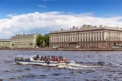 Nöjefartyg i bakgrunden av marmorslotten eller Mramornyi Dvorets i St Petersburg, Ryssland Royaltyfri Bild