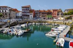 Nöjefartyg i port i Llanesen, Asturias, Spanien Arkivfoton