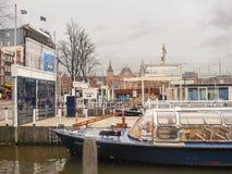 Nöjefartyg nära pir i Amsterdam. Nederländerna Arkivfoto