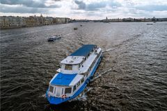 nöjefartyg på floden Neva S royaltyfri fotografi