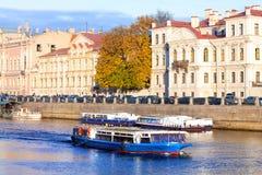 Nöjefartyg på floderna av St Petersburg Royaltyfri Foto