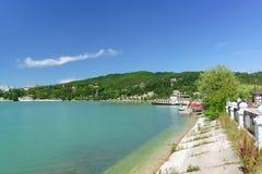Nöjefartyg på pir av den pittoreska bergsjön Abrau solig dagsommar Arkivbilder