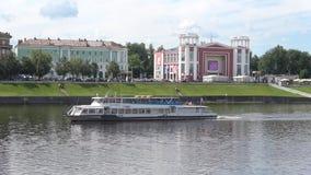 Nöjefartyg på Volgaet River om den molniga sommardagen Tver Ryssland lager videofilmer