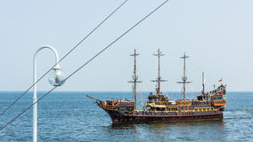Nöjefartyget som planläggs i gammalt, piratkopierar fregattstil Royaltyfria Foton